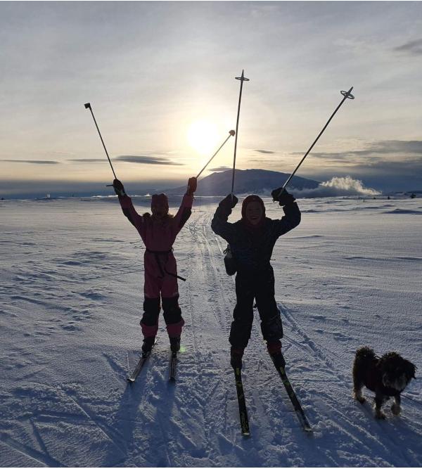 Å gå på ski blant vennlige fjell, snøkrystaller danser med stjerner, leker livet, å velge veier som setter spor, som leker, dikter og danser i menneskers hjerter, dikt, danser med stjerner, forfatter R. R. Kile,